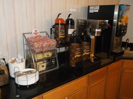 Super 8 by Wyndham Front Royal: Breakfast display