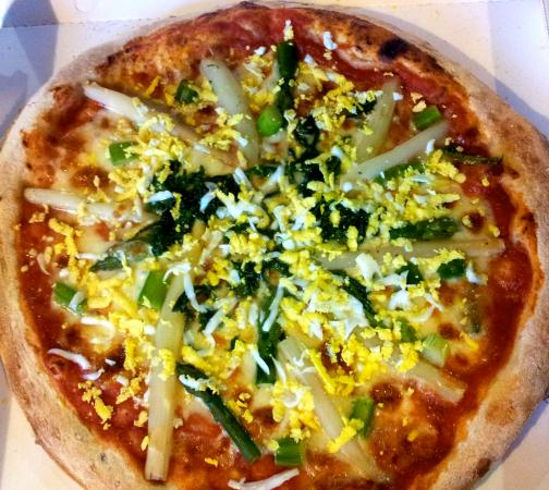 Centro Ricreativo Culturale Utopya: pizza bassanese : asparagi verdi e bianchi, con mimosa di uovo sodo