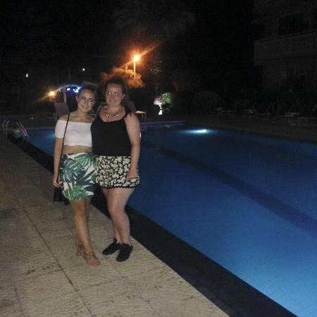 Mon Repos Apartments: At the pool in the evening