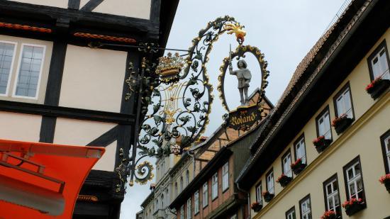über der Eingangstür hängt ROLAND - Picture of Kaffeehaus ...