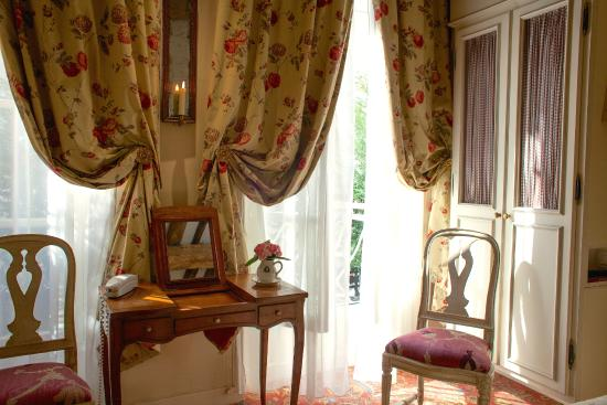 Hotel Caron de Beaumarchais: View of a room front-side