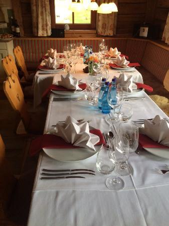 LaPosch Chalet Resort: Gedeckter Geburtstagstisch, super Essen, Premium Chalet