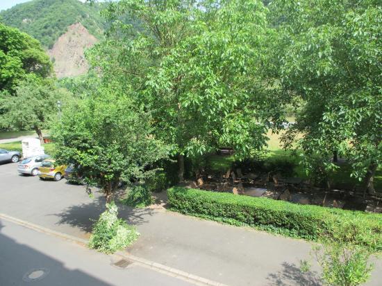 Hotel Moselkern: Uitzicht vanaf 1e etage, achter de bomen zie je de moezel