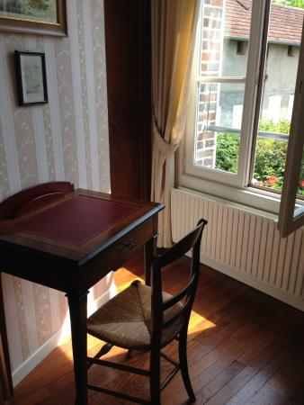 Le Saule Fleuri : Bureau et placard avec vue sur l'exterieur