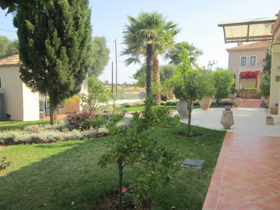Avithos Resort: Gardens (front of resort)