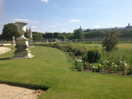 Le grand carr picture of jardin des tuileries paris tripadvisor for Plus grand jardin de paris