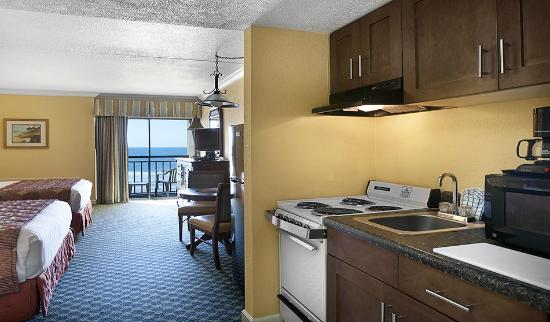Holiday Inn at the Pavilion: Low Rise Oceanfront Efficiency Kitchen