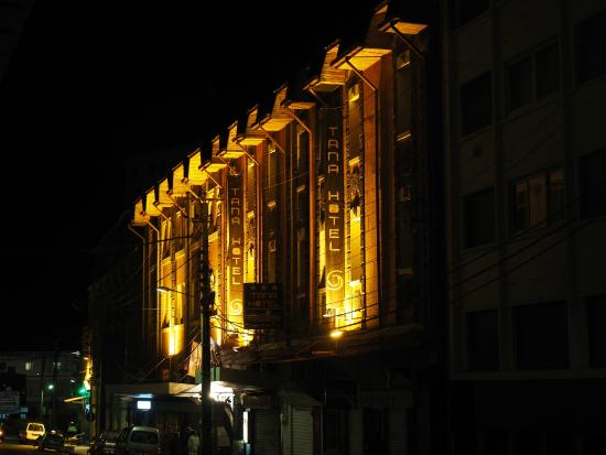 Tana Hotel: Looking from the outside in the evening
