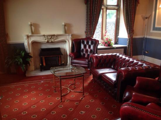 Stonecross Manor Hotel: The lounge .. Nice and relaxing in here .