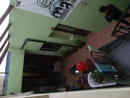 Bash and Crash Hostel: área de convivênciae parte da sala de tv, vistas a partir do bar