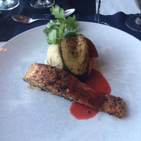 Cafe Dario : Grilled salmon with fruit sauce.