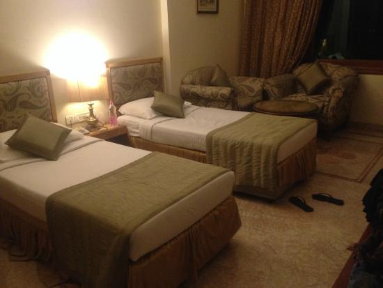 Hotel Meraden Grand: Room