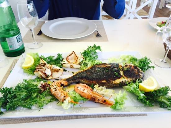 Anzio, Italia: pesce alla brace