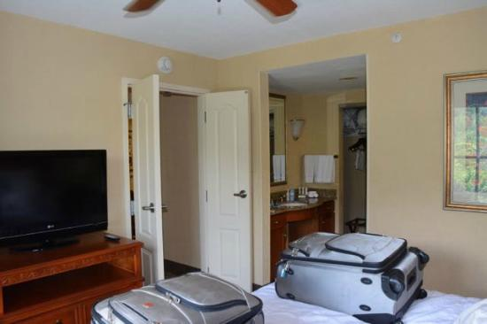 Homewood Suites by Hilton Asheville- Tunnel Road: Doors separate living and sleeping areas