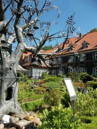 Bispingen, Deutschland: der Glockenbaum mit Blick zum Wohnhaus