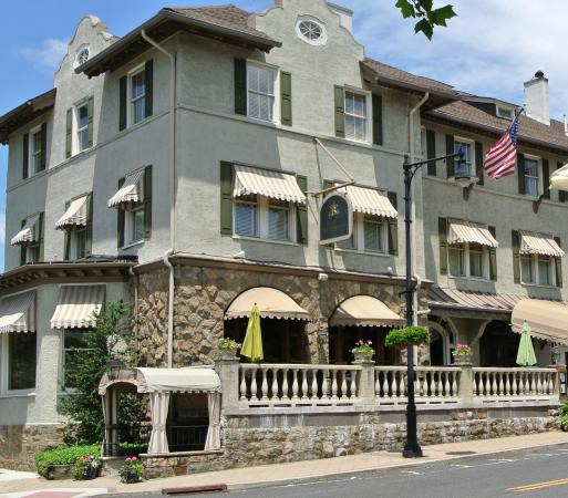 Bernards Inn: From the outside - very impressive.