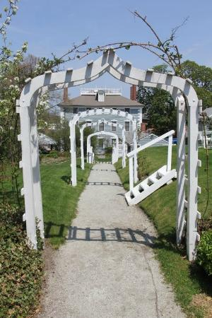 Moffatt-Ladd House & Garden: Walkway from Upper Garden to Lower Garden