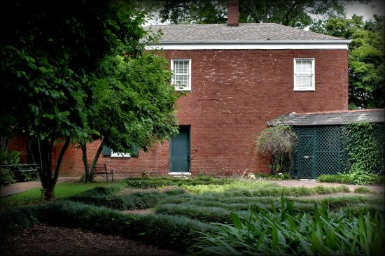 Natchez, MS: Servant's quarters, currently genealogical library
