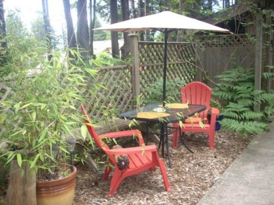 At Nautica Tigh Bed & Breakfast: Private outdoor seating for Upper Deck guests.