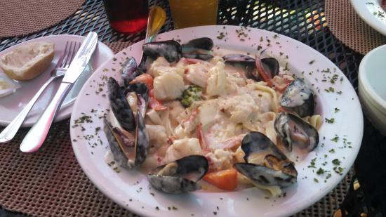 Giuseppe's Pizzeria: Seafood Alfredo Primavera. Outstanding. Generous portions of shrimp, scallops, muscles and lobst