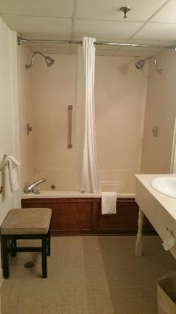 White Columns Inn: Belle Meade Suite has a huge jacuzzi tub and double shower heads.