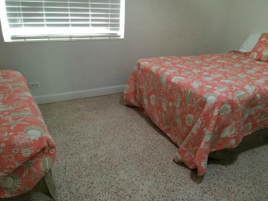 Tropical Winds Motel & Cottages: Uncomfortable beds
