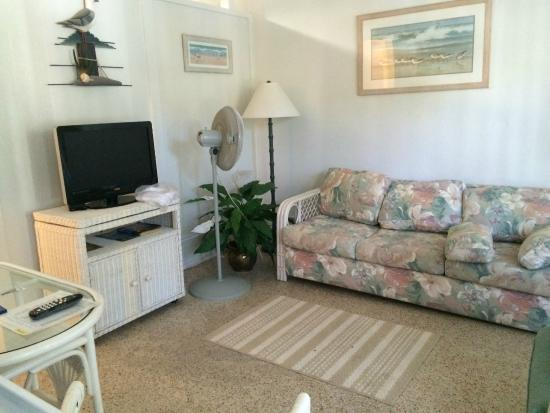 Tropical Winds Motel & Cottages: Sitting area with cheap furniture