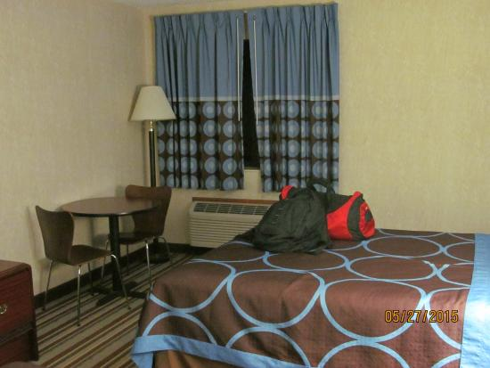 Super 8 Monee: Our room on the second floor.