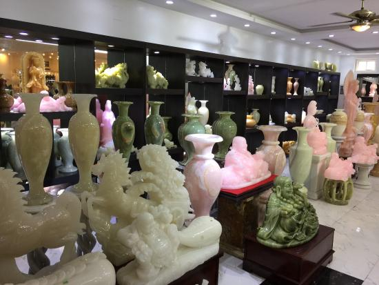 Tu Hung Stone Arts : Great fun to browse this store - just don't break anything!