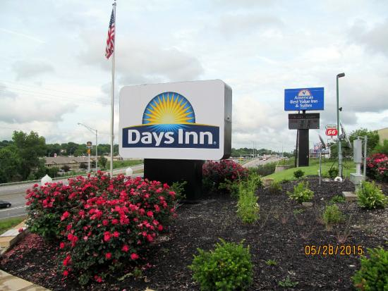 Days Inn by Wyndham Independence: The grounds area facing I-70.