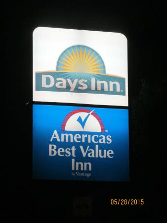 Days Inn Independence: The sign at night.