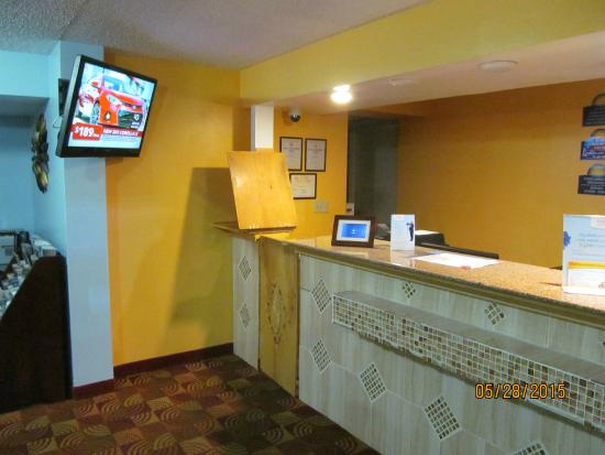 Days Inn by Wyndham Independence: Front desk.