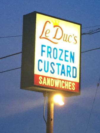Wales, วิสคอนซิน: OMG - a MUST in Wisconsin!  Frozen custard stand!!