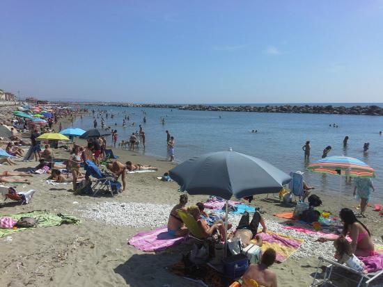 Manzi: Песчаный пляж