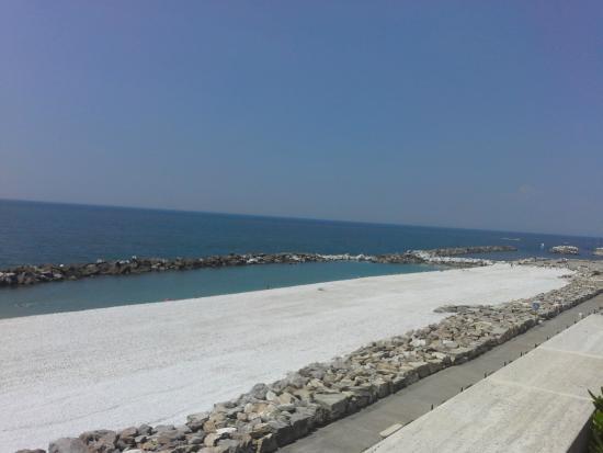 Manzi: Вид с террасы на море.