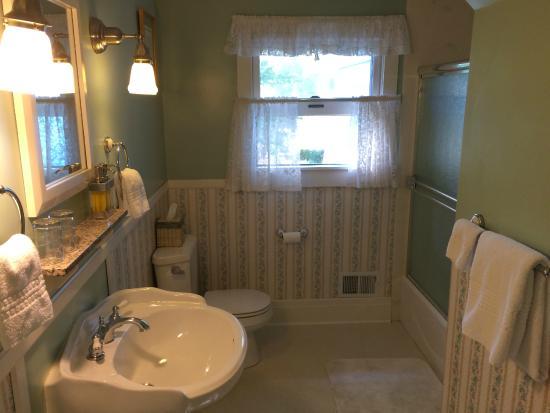 Case Ranch Inn: Roomy bathroom