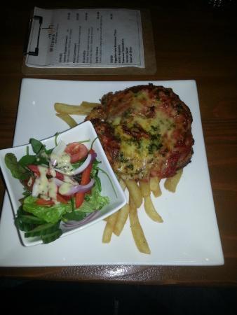 Milawa Commercial Hotel Restaurant: Chicken Parmigiana