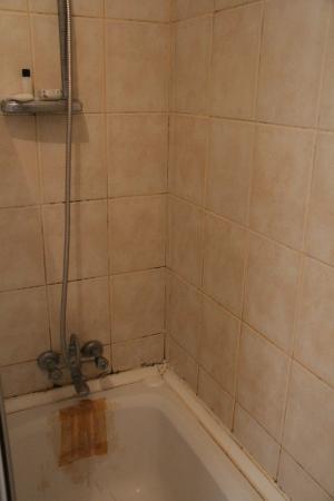 Akdeniz Hotel: Заклеенная ванная