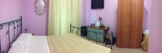 Bed and Breakfast Vesuvio Napoli : номер с окнами на уицу