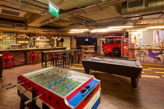 Generator Hostel London: Foosball + Pool tabels