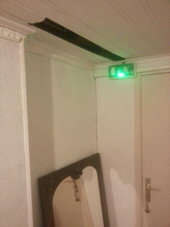 Hotel Le Chambellan: Un trou dans le plafond, un miroir par terre quand on rentre