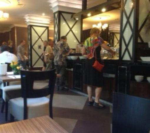 Carlton Hotel Budapest: Dining room and breakfast bar