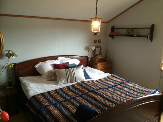Nattduksbord bredvid sängen i rummet - Picture of Branno Varv Bed ...