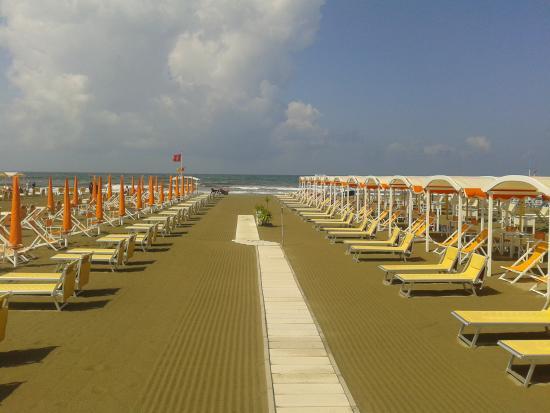 Una spiaggia pettinata d foto di bagno nettuno - Bagno adua marina di pietrasanta ...