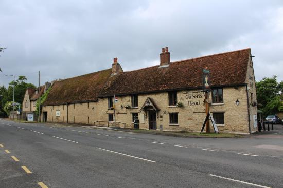 The Queens Head Hotel: Facing the A6 which was quiet