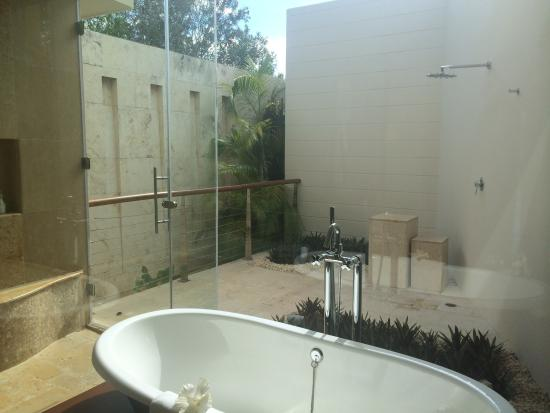 Rosewood Mayakoba: Over-Water Lagoon suite - Outdoor Shower + Bathroom