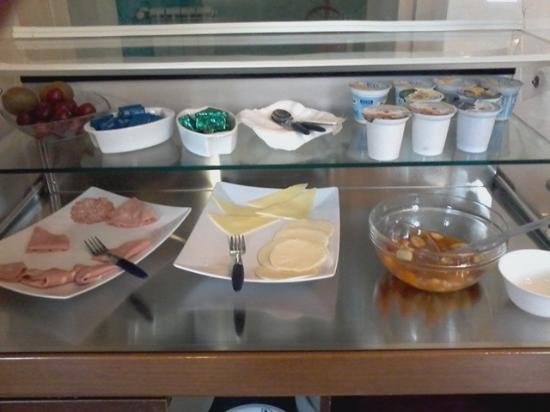 buffet charcuterie et yaourt , fromage au petit déjeuner ...