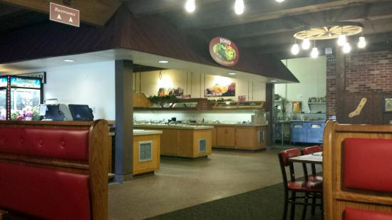 Hoss's Steak & Sea House: The fresh and filled salad bar area - tons of variety, everything was excellent!
