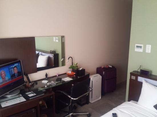 Hotel Tenjin Place: Inside of room from window to door