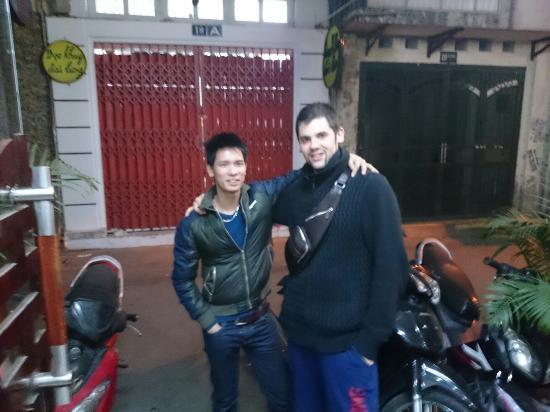 Hanoi Ciao Hotel: Moi et mon potes avec ce garçon qui travaille au Hanoï ciao hôtel Très gentil et serviable